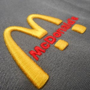 Вышивка логотипа на одежде на заказ в Москве